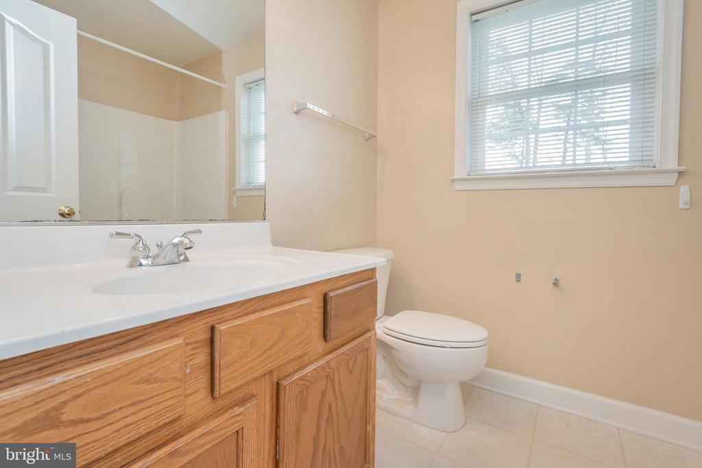 Upstairs hall full bath - 4111 DERBYSHIRE LN, FREDERICKSBURG