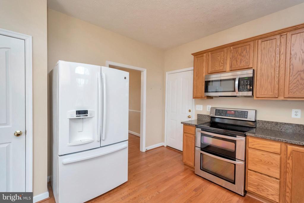 Kitchen with pantry - 4111 DERBYSHIRE LN, FREDERICKSBURG