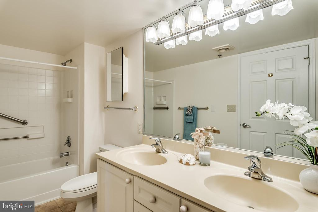 Double sinks in the master bathroom - 19385 CYPRESS RIDGE TER #801, LEESBURG