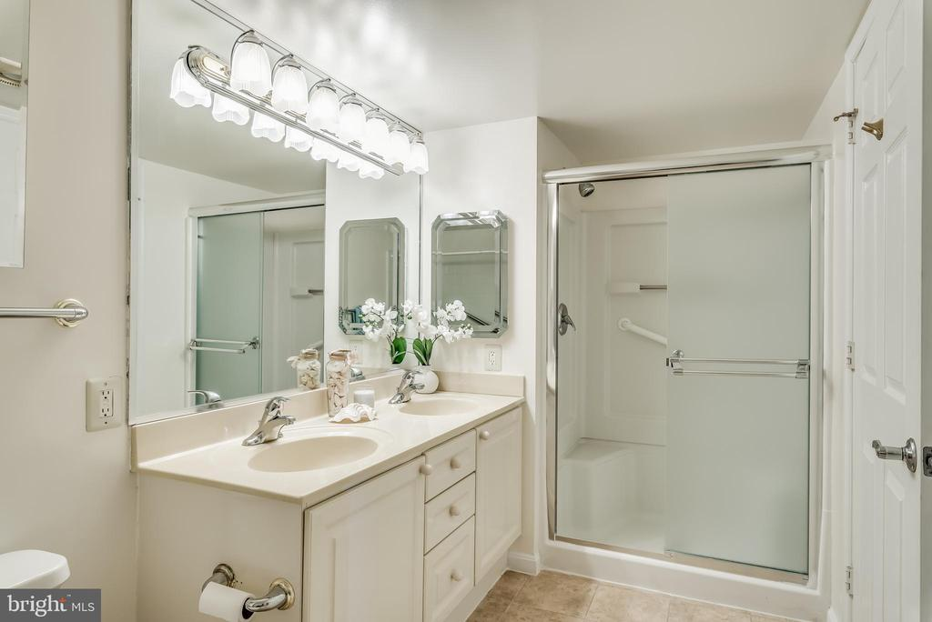 Master bathroom hosts a tub and a shower - 19385 CYPRESS RIDGE TER #801, LEESBURG