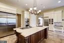 Rich cabinet details and granite/stone finishes - 886 CHINQUAPIN RD, MCLEAN