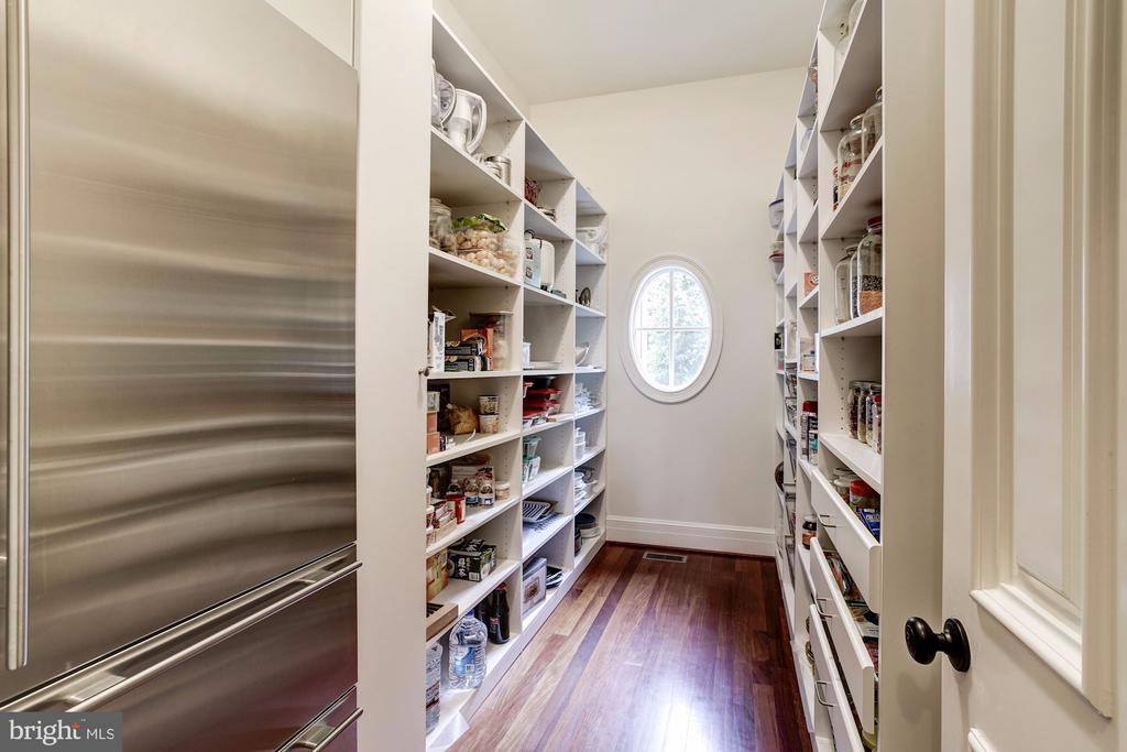 Spacious builtins for food storage w/Subzero - 886 CHINQUAPIN RD, MCLEAN