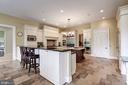 Spacious kitchen w/ bar area & builtin desk - 886 CHINQUAPIN RD, MCLEAN