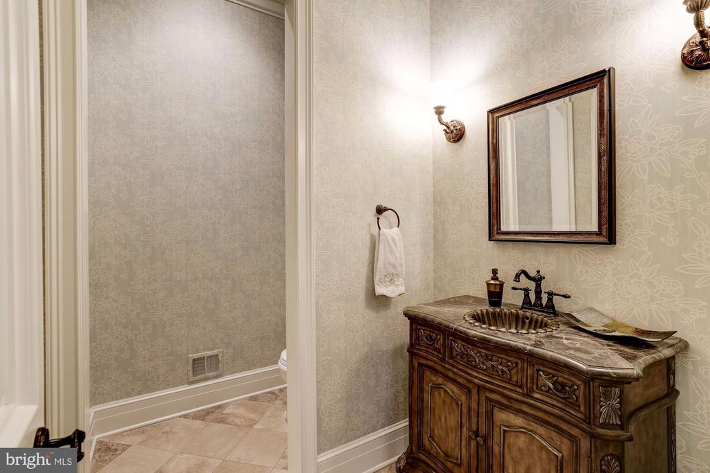 Spacious powder room furniture quality vanity - 886 CHINQUAPIN RD, MCLEAN