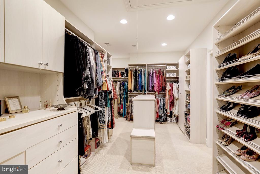 Custom built in closet with island dressing room - 886 CHINQUAPIN RD, MCLEAN