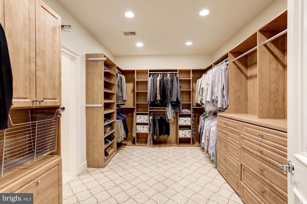 Separate dressing areas w/custom closet organizers - 886 CHINQUAPIN RD, MCLEAN