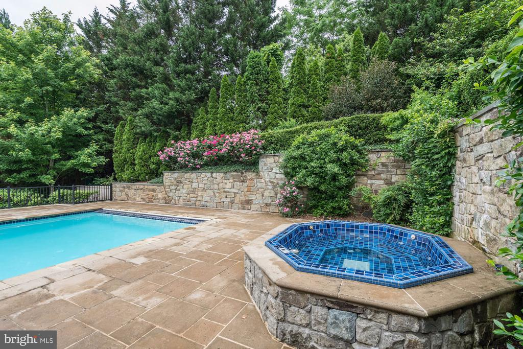 Lush landscaping w/Stonewall private spa & pool - 886 CHINQUAPIN RD, MCLEAN