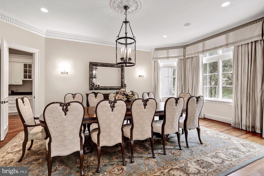 Embassy size entertaining~w/ Captain's Bay Window - 886 CHINQUAPIN RD, MCLEAN