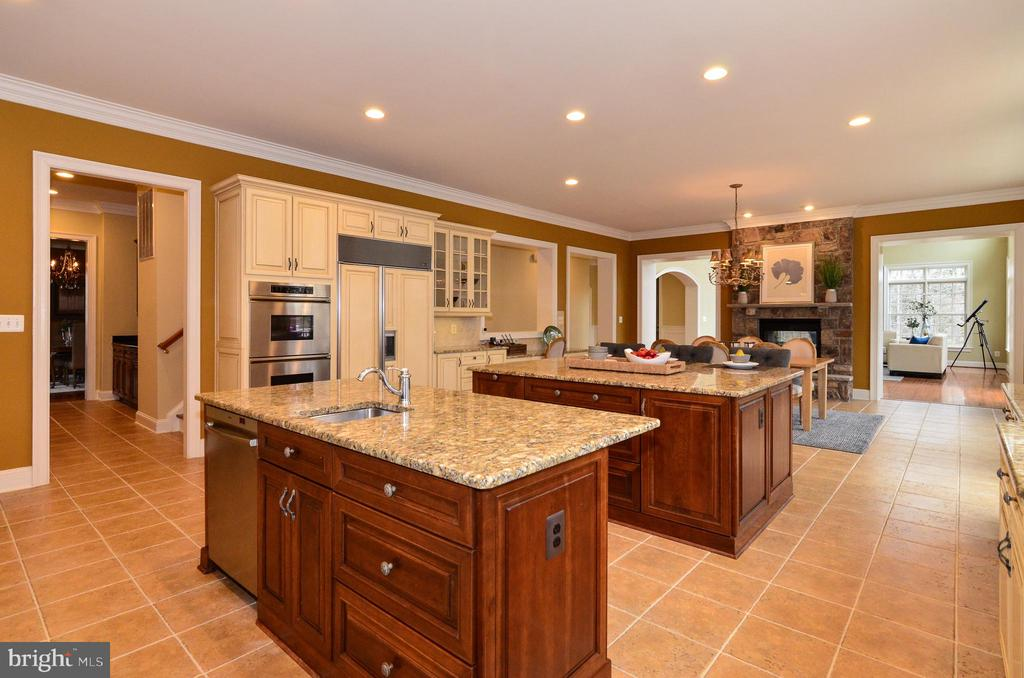 Gourmet kitchen with double islands - 12794 YATES FORD ROAD, CLIFTON
