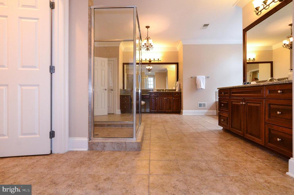 Extra large shower and storage galore - 12794 YATES FORD ROAD, CLIFTON