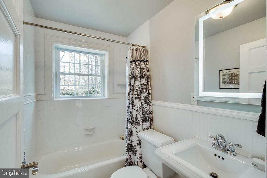Main level full bath - 4123 BURKE STATION RD, FAIRFAX