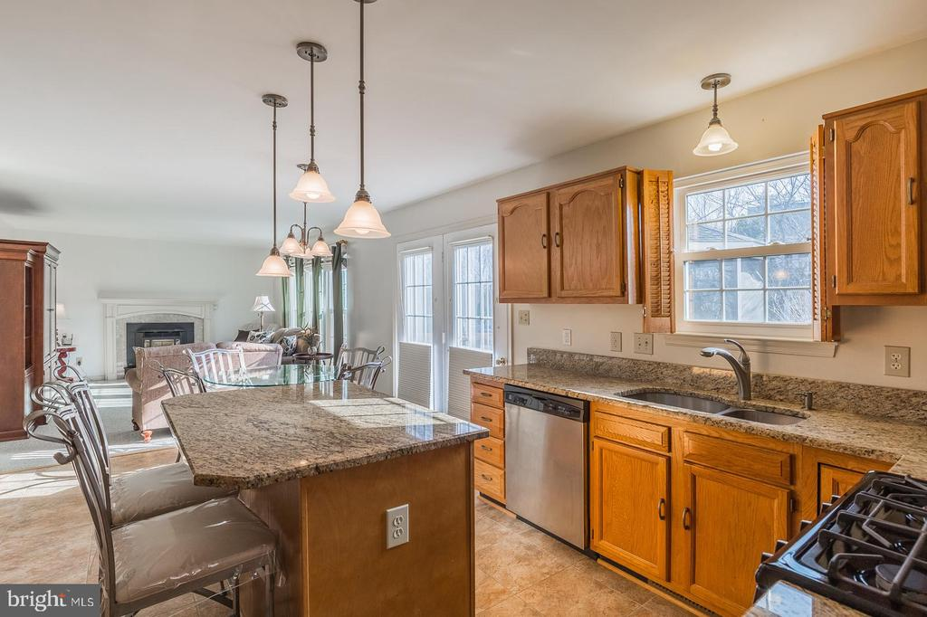 Island/Breakfast bar overlooking the family room - 8 WESTCHESTER CT, STAFFORD