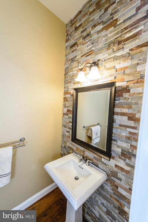 Main Level Powder Room w Stone Wall - 4741 CHARTER CT, WOODBRIDGE