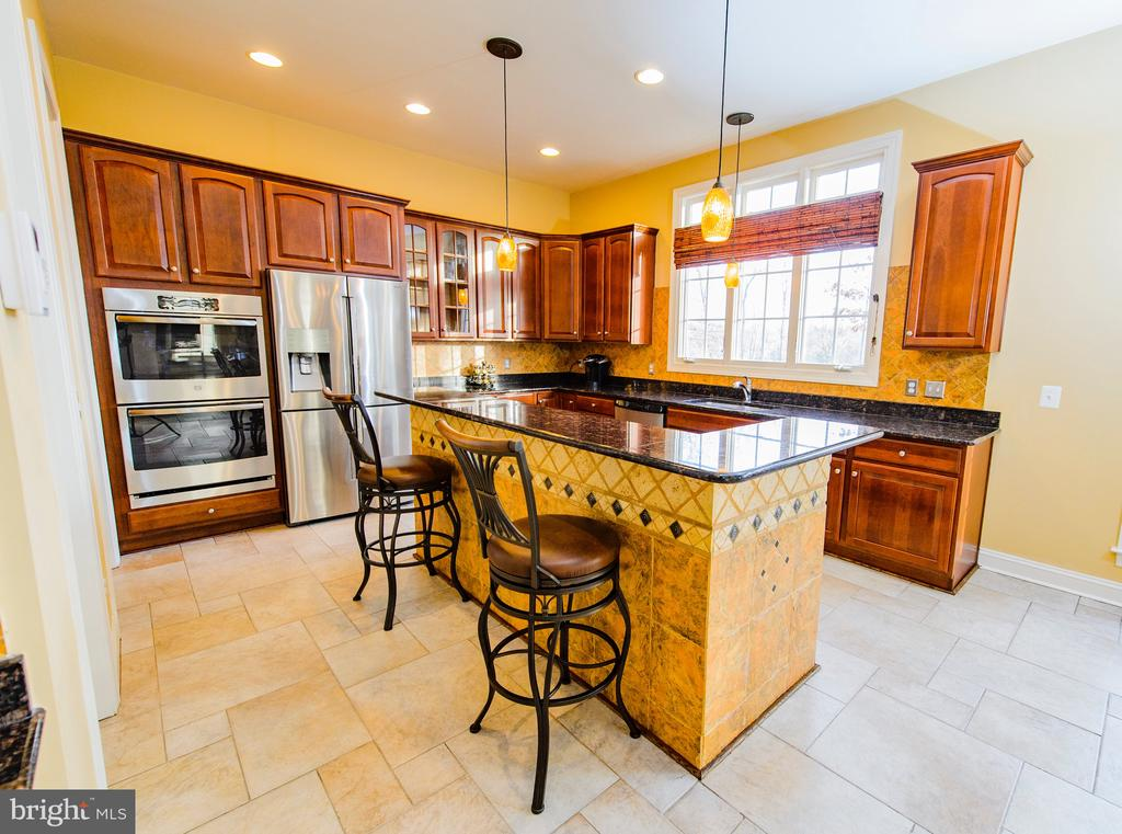 Gourmet Kitchen Island with Cooktop - 4741 CHARTER CT, WOODBRIDGE