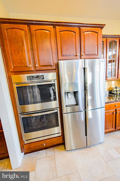 Brand New Double Oven/ Newer Refrigerator - 4741 CHARTER CT, WOODBRIDGE
