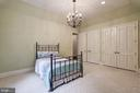 Main Level Bedroom ensuite w/Palladium Window - 886 CHINQUAPIN RD, MCLEAN