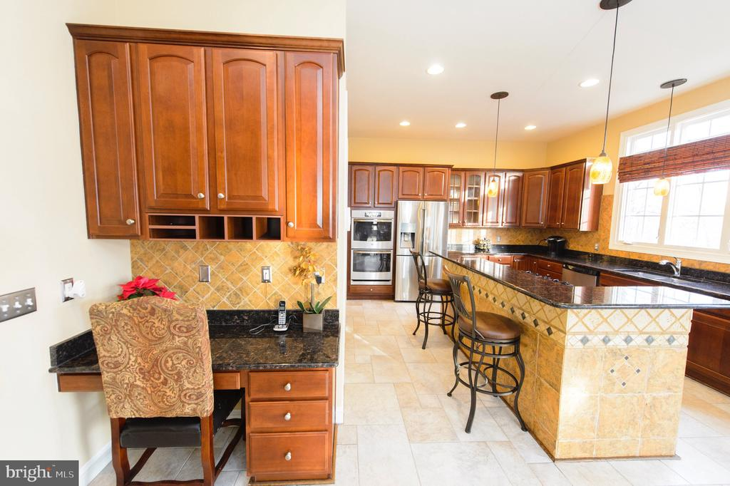 Gourmet Kitchen/ Desk with Granite - 4741 CHARTER CT, WOODBRIDGE