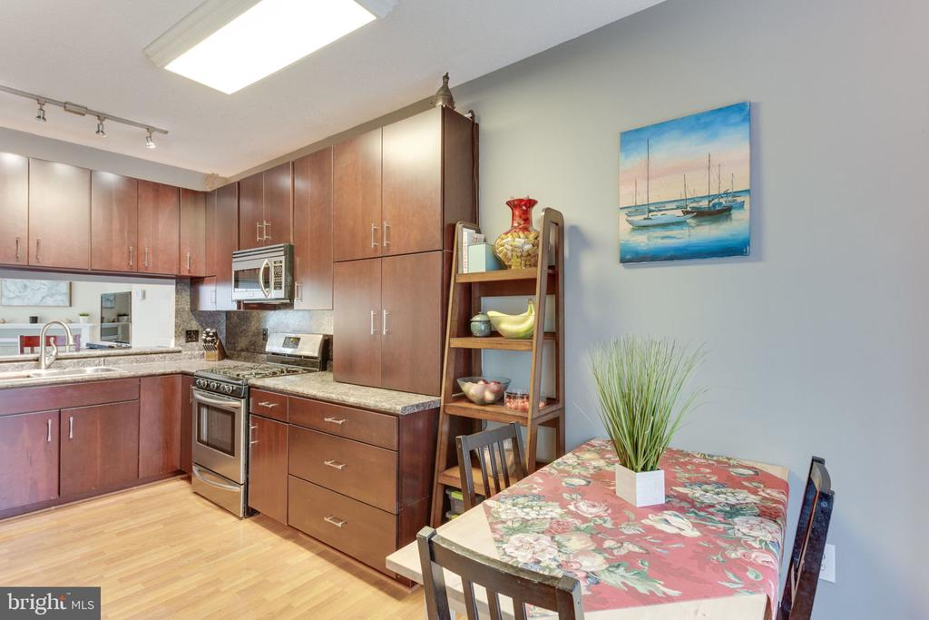 Kitchen - nice cabinets, gas cooking - 7211 STOVER CT, ALEXANDRIA