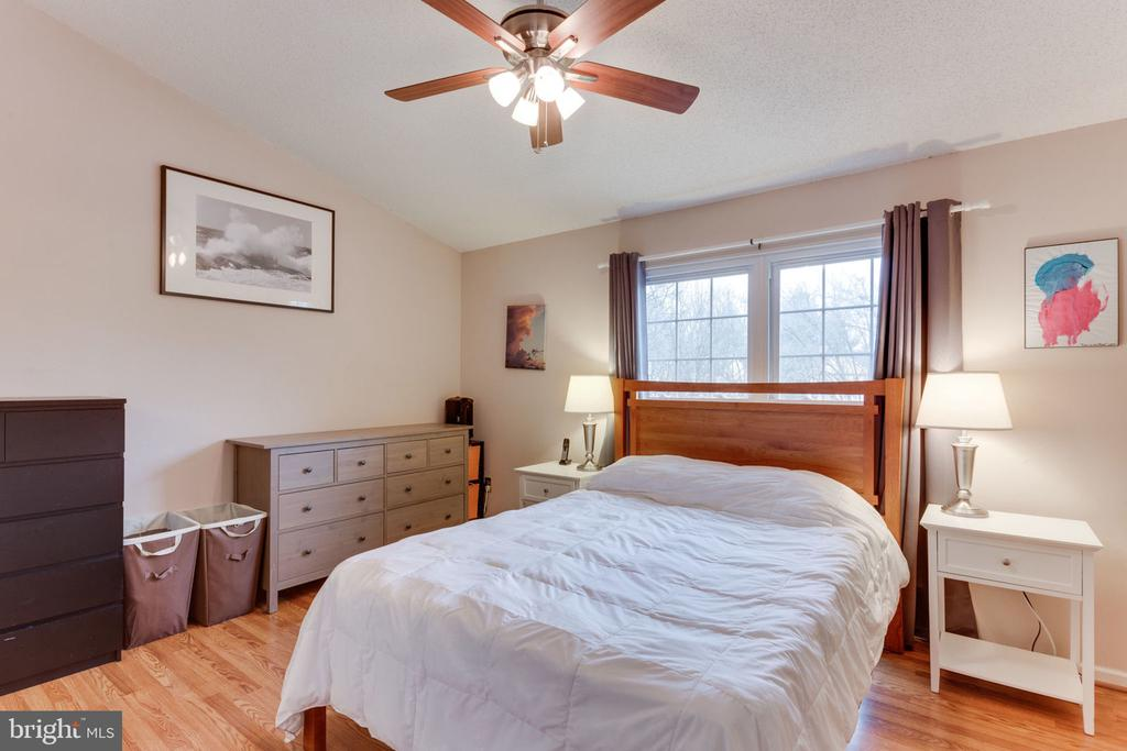Master bedroom has vaulted ceilings - 7211 STOVER CT, ALEXANDRIA