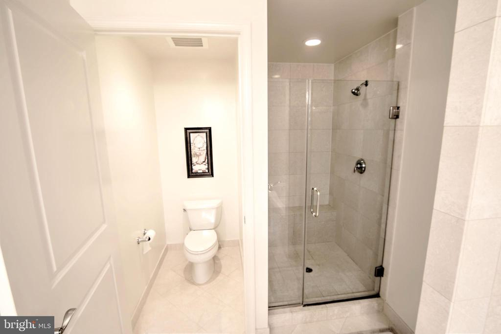 Separate Tub and Shower - 11990 MARKET ST #1811, RESTON