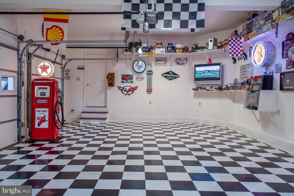 From Garage to home entrance - 10515 WILDBROOKE CT, SPOTSYLVANIA