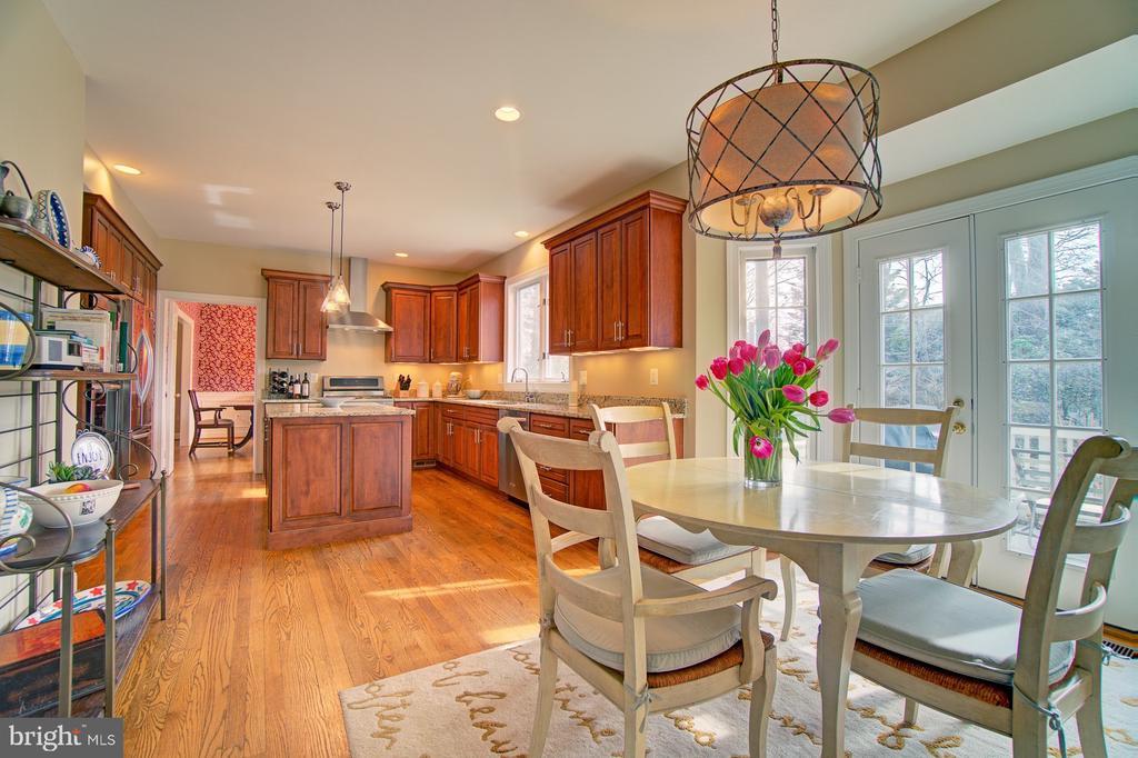 Gorgeous renovated eating kitchen. - 1132 ROUND PEBBLE LN, RESTON