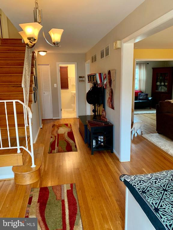 Entry foyer w/ hardwood floors - 9005 CHERRYTREE DR, ALEXANDRIA