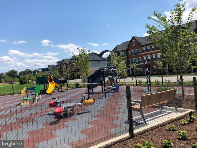 Tot Lot/Playground - 43354 SOUTHLAND ST, ASHBURN