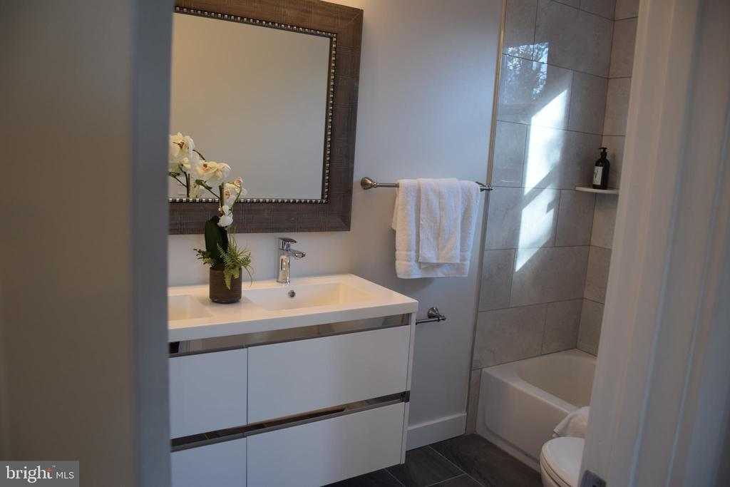 MASTER BATHROOM WITH DOUBLE SINK - 2014 S LANGLEY ST, ARLINGTON