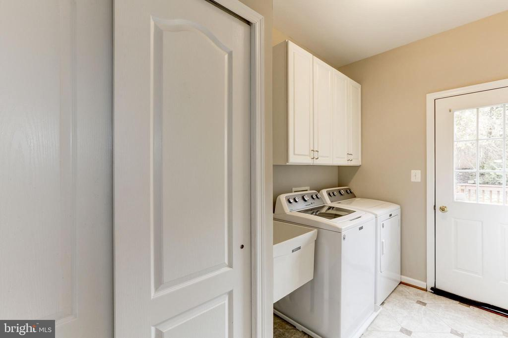 SPACIOUS LAUNDRY/MUD ROOM - 13536 HEATHROW LN, CENTREVILLE