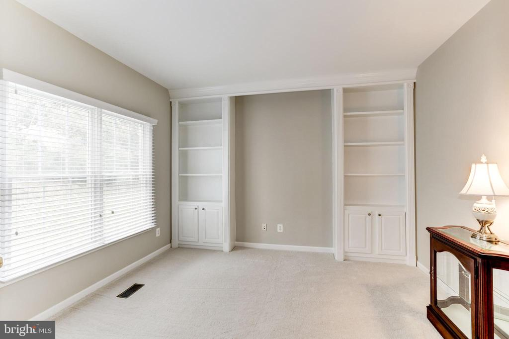 LIBRARY/OFFICE, BUILT-IN BOOKCASES - 13536 HEATHROW LN, CENTREVILLE