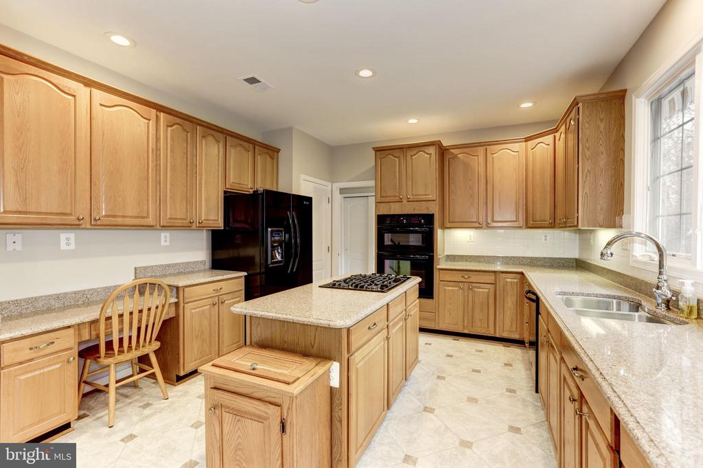 BEAUTIFUL AND EFFICIENT - 13536 HEATHROW LN, CENTREVILLE
