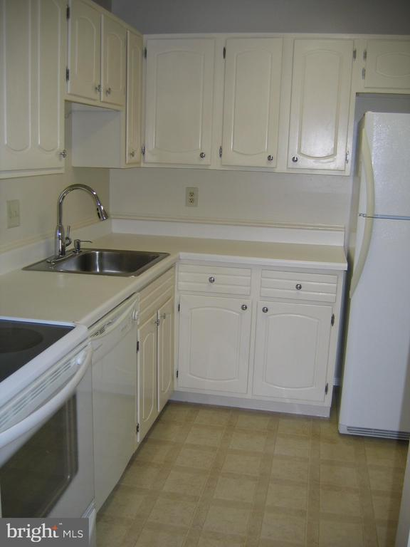 Kitchen main view - 125 S CLUBHOUSE DR SW #8, LEESBURG