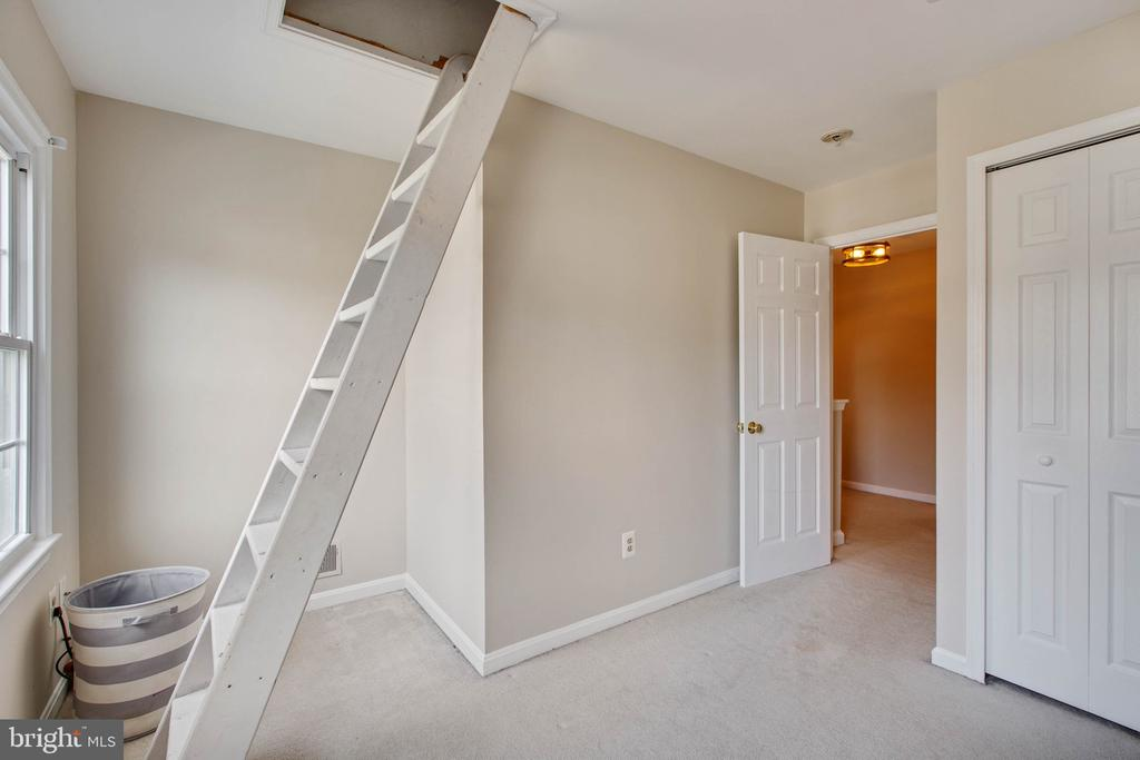 Bonus play space inside room. - 11 CRISSWELL CT, STERLING