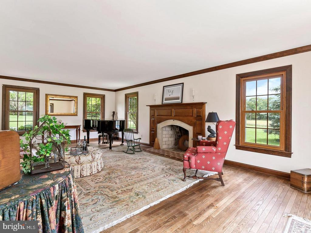 Spacious and cozy Living Room - 4320 DAMASCUS RD, GAITHERSBURG