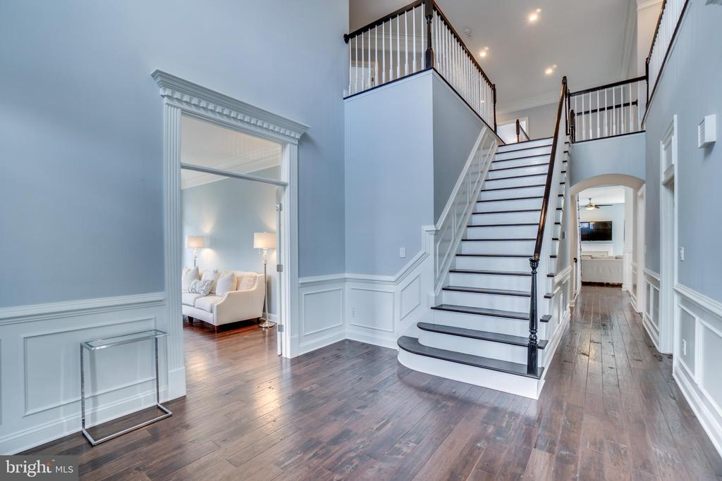 Inviting foyer with new hardwoods - 43087 NORTHLAKE BLVD, LEESBURG