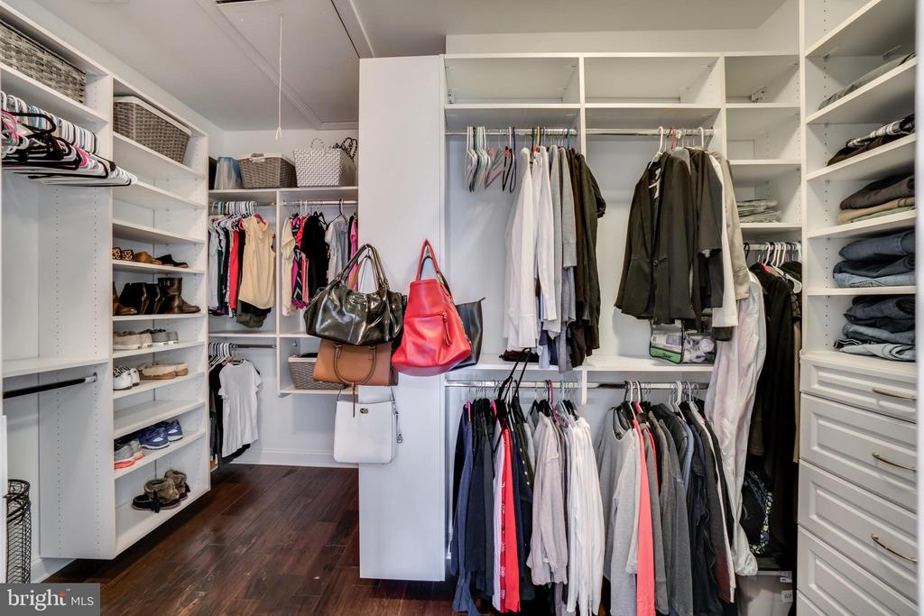 Oversized walk in closet - 43087 NORTHLAKE BLVD, LEESBURG