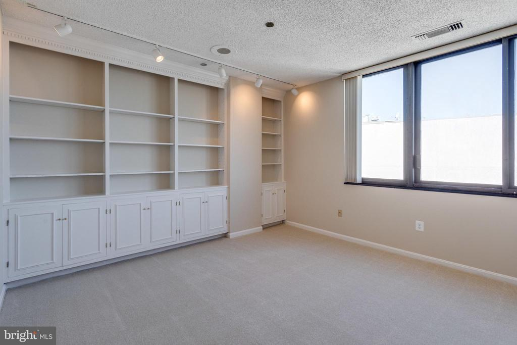Den which could be converted to 4th bedroom - 1300 CRYSTAL DR #PH3S, ARLINGTON