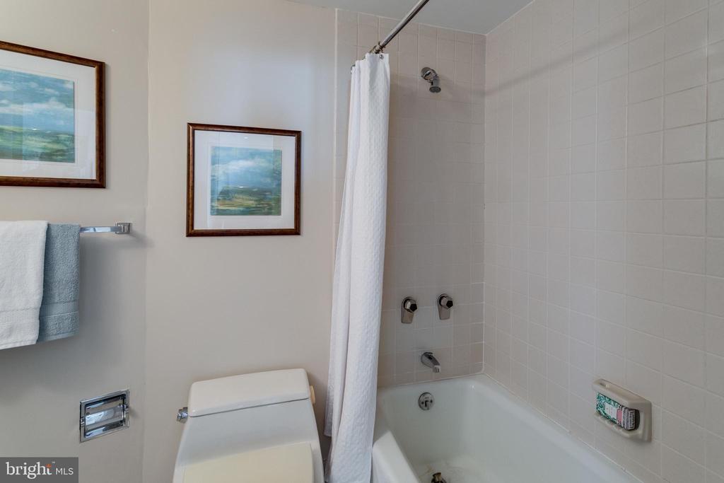 Main Level Bathroom - 1300 CRYSTAL DR #PH3S, ARLINGTON