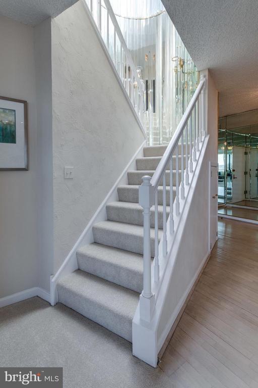 Stairway - 1300 CRYSTAL DR #PH3S, ARLINGTON