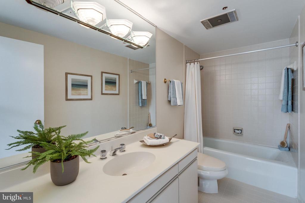 Bathroom - 1300 CRYSTAL DR #PH3S, ARLINGTON