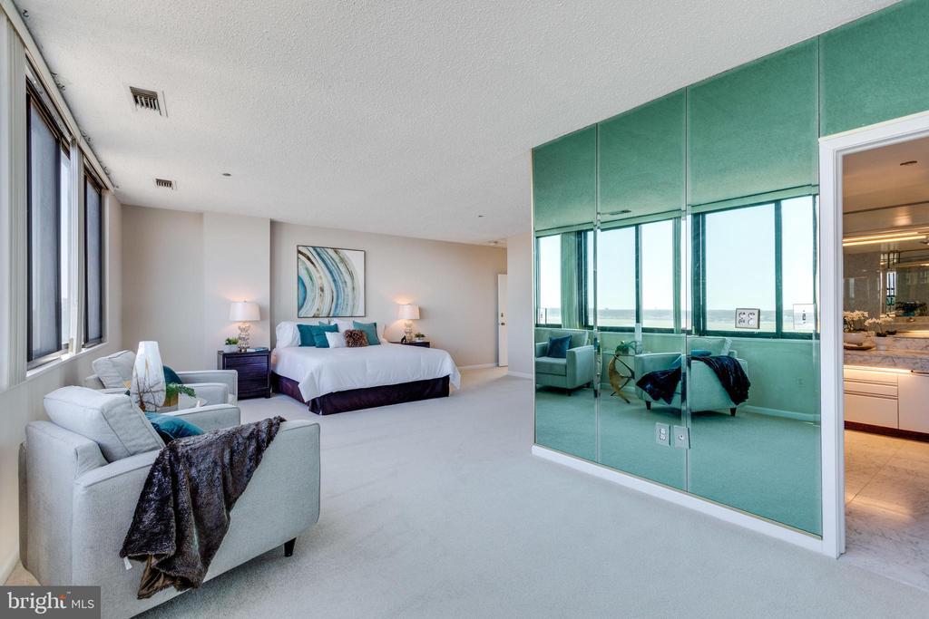 Master Bedroom Sitting Room - 1300 CRYSTAL DR #PH3S, ARLINGTON