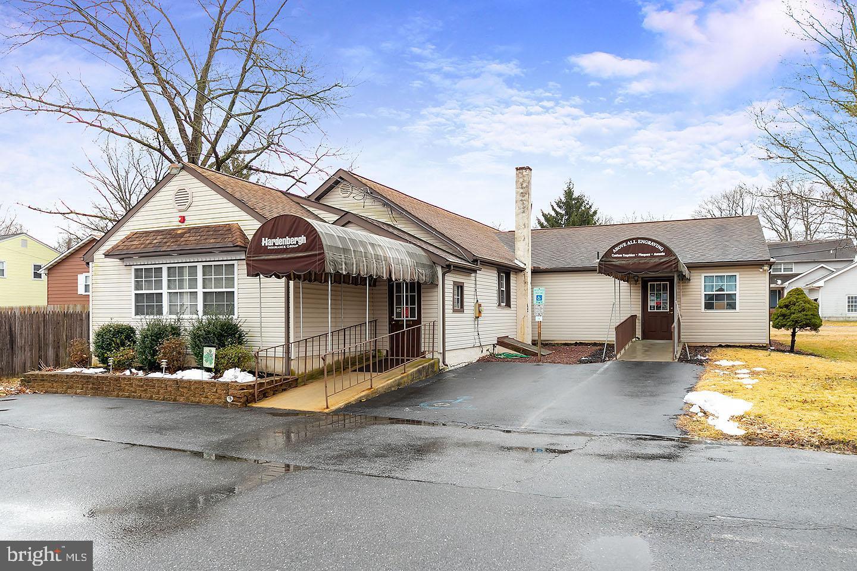 Maison unifamiliale pour l Vente à 618 BROAD Gibbstown, New Jersey 08027 États-Unis