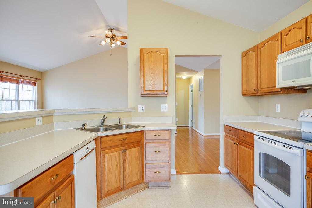 Kitchen with everything conveniently in place - 8485 COLFAX DR, KING GEORGE