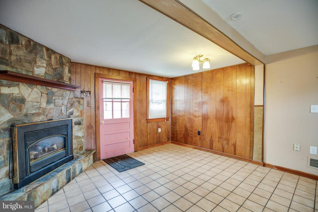 Dining Room with Gas Fireplace - 6199 S FIRST ST, KING GEORGE