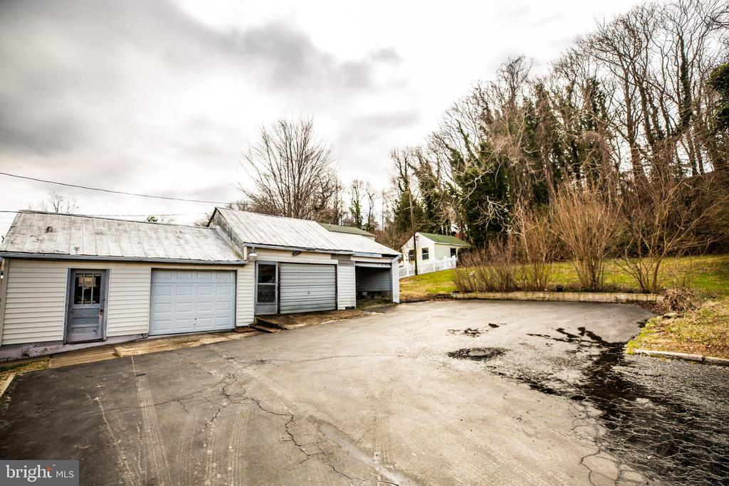 Detached 3 car garage with lots of storage - 6199 S FIRST ST, KING GEORGE