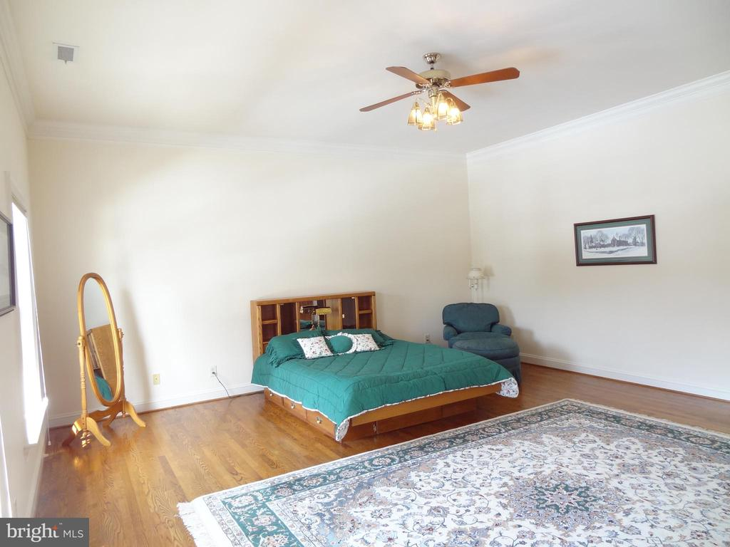 Bedroom Suite with its own Bath - 6901 CLIFTON RD, CLIFTON