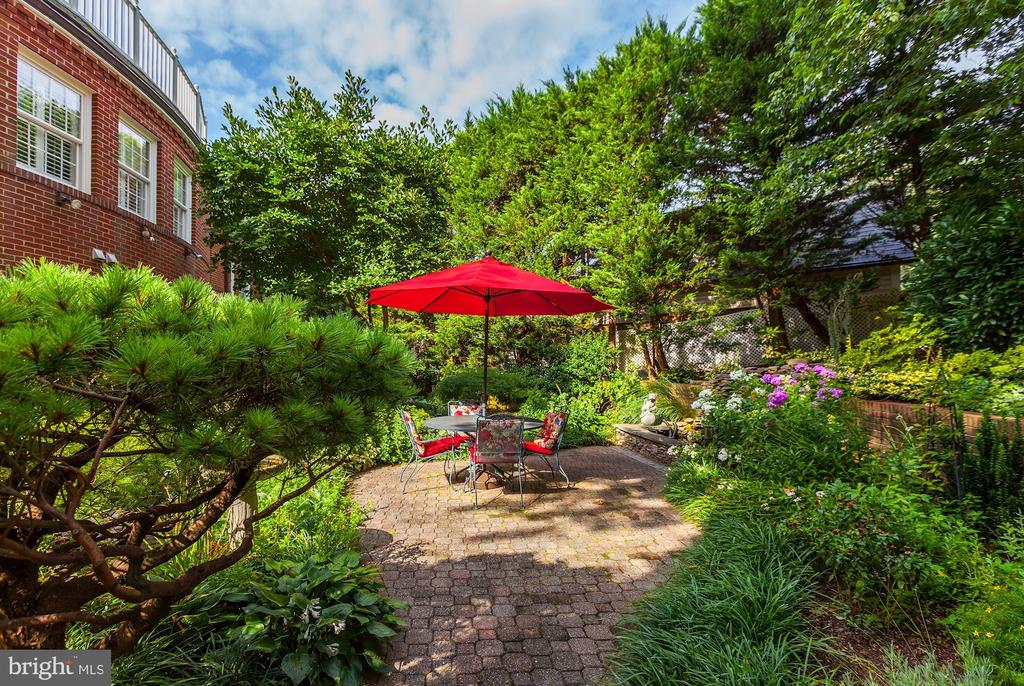 Beautiful backyard - 6008 KENNEDY DR, CHEVY CHASE