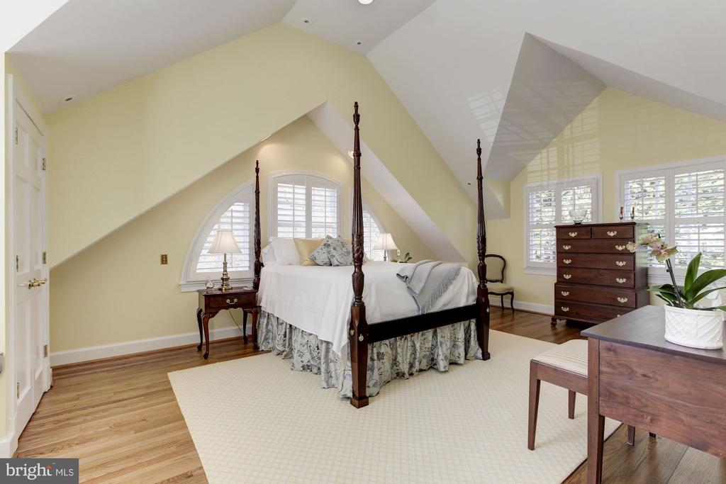 3rd ensuite bedroom with vaulted ceiling - 6008 KENNEDY DR, CHEVY CHASE