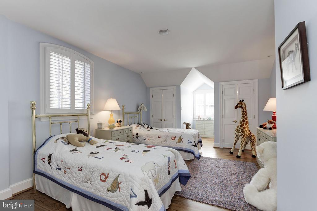 4th bedroom with double closets + en suite bath - 6008 KENNEDY DR, CHEVY CHASE